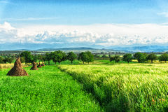Giorno soleggiato e nuvole vicino a Deva, Romania immagini stock libere da diritti