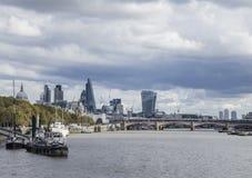 Giorno soleggiato e un cielo nuvoloso - il Tamigi e la città di Londra immagini stock
