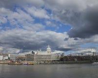Giorno soleggiato e un cielo nuvoloso - la riva del fiume immagini stock libere da diritti