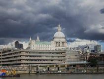 Giorno soleggiato e un cielo nuvoloso - la riva del fiume, la cattedrale di Paul fotografie stock libere da diritti