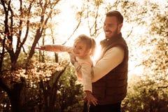Giorno soleggiato in natura Padre e figlia fotografie stock