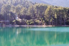 Giorno soleggiato nel lago Doxa in Grecia Una destinazione turistica famosa della natura Fotografie Stock