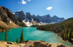 Giorno soleggiato nel lago moraine nel parco nazionale di Banff, Alberta, Canad Fotografia Stock Libera da Diritti