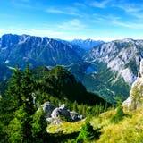 Giorno soleggiato nelle alte montagne Paesaggio della montagna con le rocce ed il lago Fotografie Stock Libere da Diritti