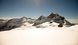 Giorno soleggiato, picchi di montagna, neve e ghiacciai su Jungfraujoch, Interlaken, Svizzera Immagine Stock
