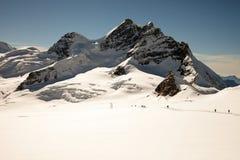 Giorno soleggiato, picchi di montagna, neve e ghiacciai su Jungfraujoch, Interlaken, Svizzera Fotografia Stock
