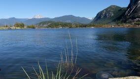 Giorno soleggiato Squamish BC Canada di estate delle montagne di lungomare video d archivio