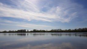 Giorno soleggiato stupefacente sul fiume Fotografia Stock