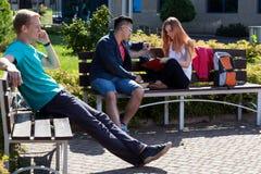 Giorno soleggiato su un campo dello studente Immagini Stock Libere da Diritti