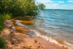 Giorno soleggiato sul lago immagine stock