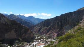 Giorno soleggiato sulla strada a Iruya, Salta - Argentina fotografie stock libere da diritti