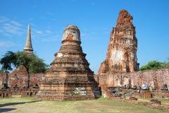 Giorno soleggiato sulle rovine del tempio buddista Wat Mahathat Ayutthaya thailand fotografie stock
