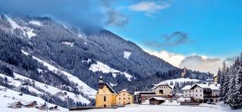 Giorno soleggiato Trentino Alto Adige Italy di panoramica della chiesa inverno nevoso panoramico della valle di bello immagini stock libere da diritti