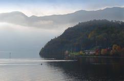 Giorno tenebroso di caduta sul lago Como, l'Italia immagini stock