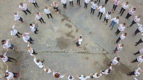 Giorno universale del costume piega rumeno Ia La gente celebra ballando in piazza pubblica archivi video