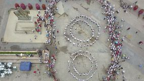 Giorno universale del costume piega rumeno Ia La gente celebra ballando in piazza pubblica stock footage