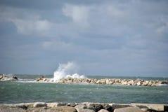 Giorno ventoso in mare con le grandi onde contro le rocce Fotografia Stock