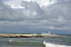 Giorno ventoso in mare con le grandi onde contro le rocce Immagine Stock Libera da Diritti