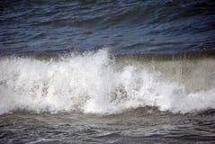 Giorno ventoso in mare con le grandi onde contro le rocce Fotografie Stock Libere da Diritti