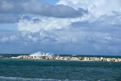 Giorno ventoso in mare con le grandi onde contro le rocce fotografia stock libera da diritti