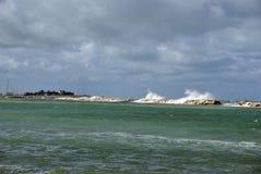 Giorno ventoso in mare con le grandi onde contro le rocce fotografie stock