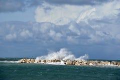 Giorno ventoso in mare con le grandi onde contro le rocce immagini stock libere da diritti