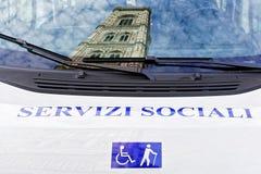 Giotto钟楼在Servizi Sociali Misericordia公共汽车佛罗伦萨上反射了 库存图片