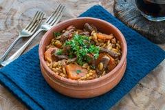 Giouvetsi - plato cocido griego con carne de vaca y pastas del orzo imagen de archivo libre de regalías