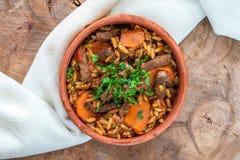 Giouvetsi - plato cocido griego con carne de vaca y pastas del orzo foto de archivo libre de regalías