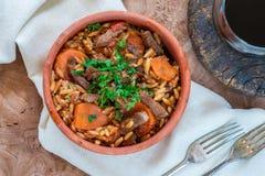 Giouvetsi - plato cocido griego con carne de vaca y pastas del orzo fotos de archivo