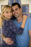 Giovane abbracciare caucasico delle coppie, sorridente esaminando macchina fotografica Fotografia Stock