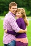 Giovane abbracciare delle coppie Immagini Stock