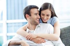 Giovane abbracciare delle coppie Fotografia Stock