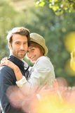 Giovane abbraccio amoroso delle coppie Immagini Stock