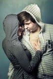 Giovane abbraccio degli adolescenti fotografie stock libere da diritti