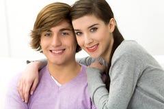 Giovane abbraccio delle coppie Fotografie Stock