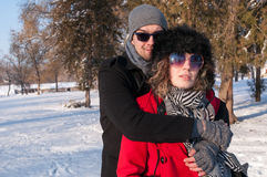 Giovane abbraccio delle coppie All'aperto inverno Immagini Stock Libere da Diritti