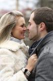 Giovane abbraccio felice della donna e dell'uomo Immagine Stock Libera da Diritti