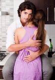 Giovane abbraccio romantico delle coppie Fotografie Stock Libere da Diritti