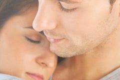 Primo piano di giovani coppie abbracciate Fotografia Stock
