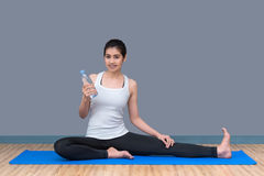 Giovane acqua asiatica della bevanda della donna dopo l'allenamento di rivestimento Fotografia Stock Libera da Diritti