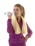 Giovane acqua della bevanda della ragazza del brunette dopo l'esercitazione immagini stock libere da diritti