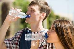 Giovane acqua della bevanda delle coppie Immagine Stock Libera da Diritti