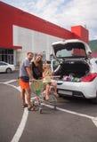 Giovane acquisto della famiglia al mercato Immagine Stock Libera da Diritti