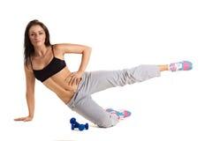 Giovane addestramento allegro della donna con i dumbbels Fotografia Stock
