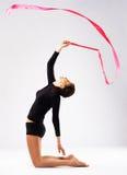 Giovane addestramento della donna del gymnast con un nastro Fotografia Stock