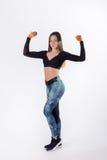 Giovane addestramento della donna di forza con le teste di legno Fotografia Stock