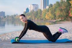 Giovane addestramento grazioso della donna di forma fisica sul pilastro durante lo sport di mattina Immagine Stock