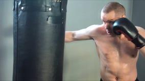 Giovane addestramento maschio dell'atleta nella palestra di pugilato archivi video