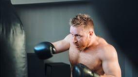 Giovane addestramento maschio dell'atleta nella palestra di pugilato stock footage